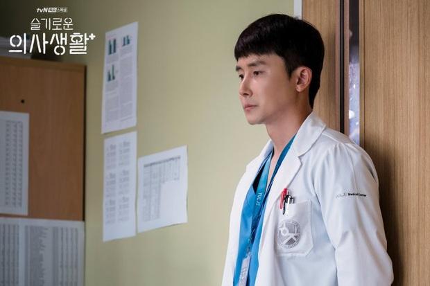 6 câu hỏi chưa có lời giải ở Hospital Playlist: Vì sao chiếc nhẫn bị trả lại, Jo Jung Suk có tỏ tình thành công? - Ảnh 6.