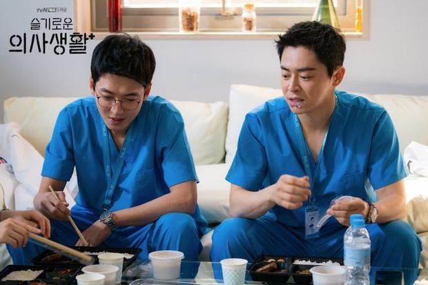 6 câu hỏi chưa có lời giải ở Hospital Playlist: Vì sao chiếc nhẫn bị trả lại, Jo Jung Suk có tỏ tình thành công? - Ảnh 7.