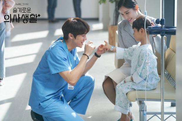 Đầy nhân văn và chân thật, Hospital Playlist chính là phim y khoa hay nhất xứ Hàn lúc này! - Ảnh 2.