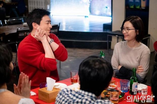 6 câu hỏi chưa có lời giải ở Hospital Playlist: Vì sao chiếc nhẫn bị trả lại, Jo Jung Suk có tỏ tình thành công? - Ảnh 3.