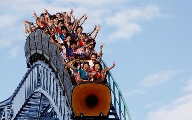 Chơi tàu lượn siêu tốc sẽ không được... la hét khi công viên giải trí ở Nhật Bản mở cửa trở lại - Ảnh 1.