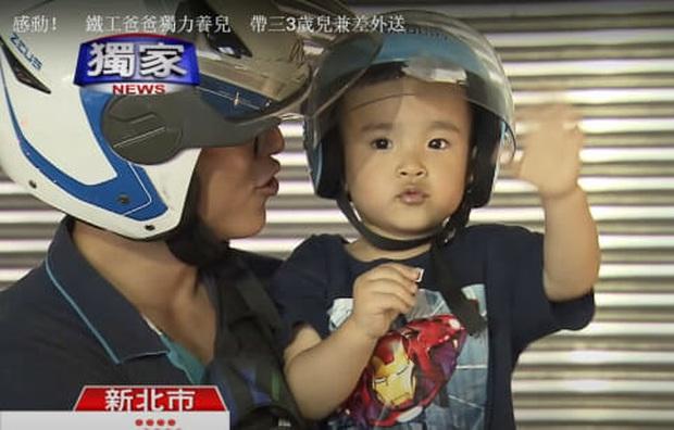 Hình ảnh ông bố đơn thân chở con nhỏ vắt vẻo sau lưng trên hành trình giao hàng khiến nhiều người thương cảm  - Ảnh 4.