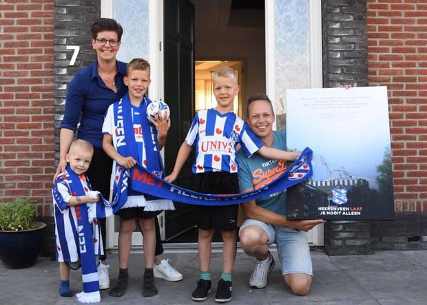 Văn Hậu bất ngờ xuất hiện trước cửa nhà khiến fan Heerenveen cảm kích bằng hành động đẹp trong mùa Covid-19 - Ảnh 5.