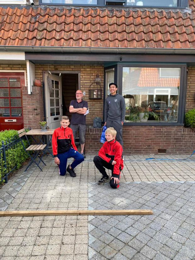 Văn Hậu bất ngờ xuất hiện trước cửa nhà khiến fan Heerenveen cảm kích bằng hành động đẹp trong mùa Covid-19 - Ảnh 3.
