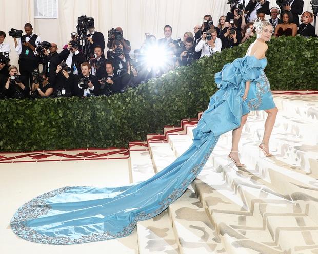 20 bộ cánh khó quên nhất Met Gala thập kỷ qua: Toàn bà hoàng với công chúa đẹp phát khóc, tội nhất cô Kim lưu danh muôn đời với bộ váy ghế sofa - Ảnh 22.