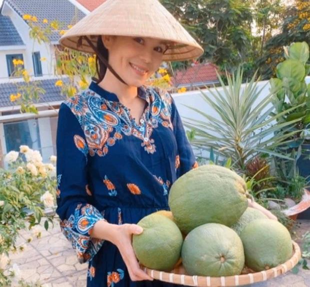 Cực phẩm vườn hồng: Con gái MC Quyền Linh khoe tóc dài thướt tha, góc nghiêng sắc lẹm như dao rọc giấy - Ảnh 4.