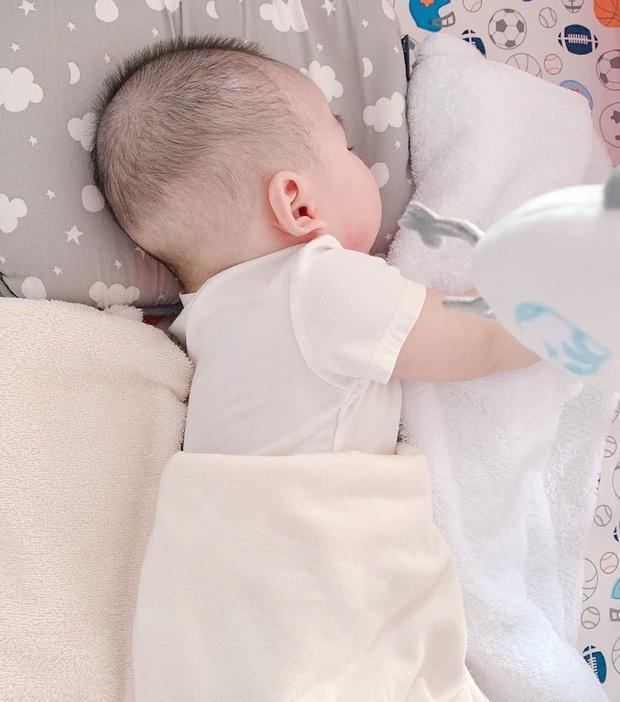 Lan Khuê tự hào khoe quý tử chưa tròn 1 tuổi đã rất lanh lợi, vỡ oà khi bé lần đầu làm điều đặc biệt này - Ảnh 5.