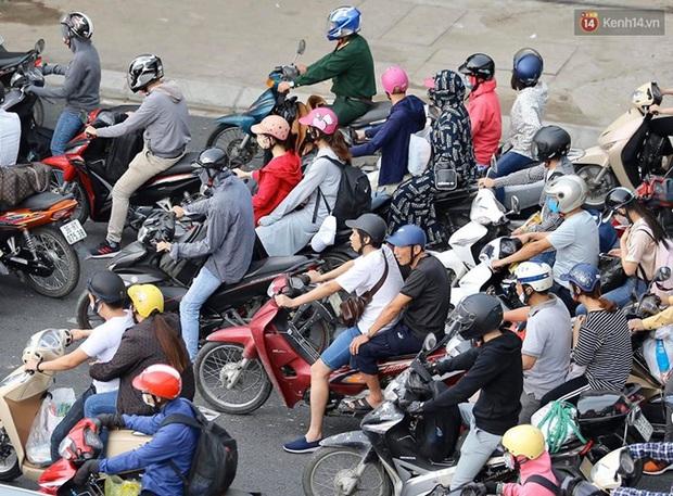 Ảnh: Người dân ùn ùn đổ về Thủ đô sau kỳ nghỉ lễ, cao tốc Pháp Vân - Cầu Giẽ ùn ứ kéo dài - Ảnh 7.