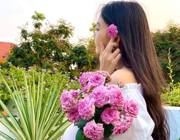 Cực phẩm vườn hồng: Con gái MC Quyền Linh khoe tóc dài thướt tha, góc nghiêng sắc lẹm như dao rọc giấy - Ảnh 3.