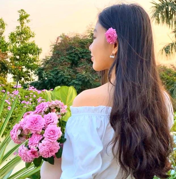 Cực phẩm vườn hồng: Con gái MC Quyền Linh khoe tóc dài thướt tha, góc nghiêng sắc lẹm như dao rọc giấy - Ảnh 2.