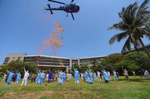 Khoảnh khắc choáng ngợp gây bão: Hàng ngàn cánh hoa tung bay trên bầu trời Mumbai để cảm ơn những vị anh hùng chống dịch Covid-19 - Ảnh 2.