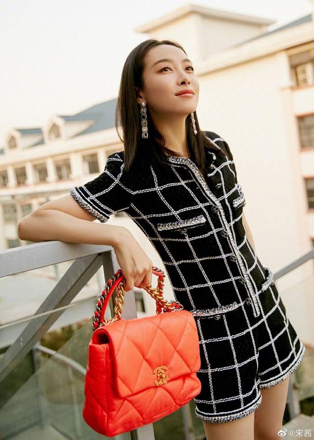 """Cùng diện bộ Chanel trăm triệu: Cựu idol Kpop thả hàng khuy cổ áo """"át vía hẳn người thương của Quân vương Lee Min ho - Ảnh 4."""