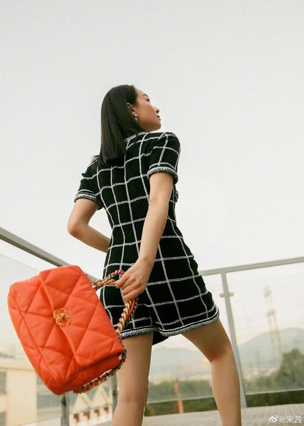 """Cùng diện bộ Chanel trăm triệu: Cựu idol Kpop thả hàng khuy cổ áo """"át vía hẳn người thương của Quân vương Lee Min ho - Ảnh 5."""