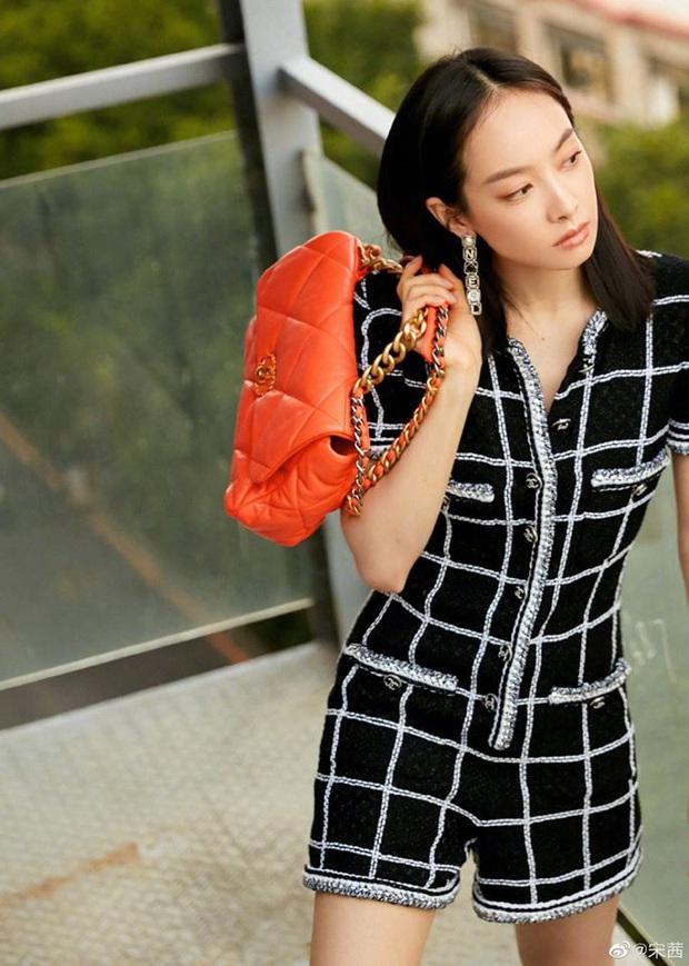 """Cùng diện bộ Chanel trăm triệu: Cựu idol Kpop thả hàng khuy cổ áo """"át vía hẳn người thương của Quân vương Lee Min ho - Ảnh 6."""
