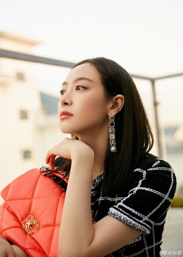 """Cùng diện bộ Chanel trăm triệu: Cựu idol Kpop thả hàng khuy cổ áo """"át vía hẳn người thương của Quân vương Lee Min ho - Ảnh 7."""
