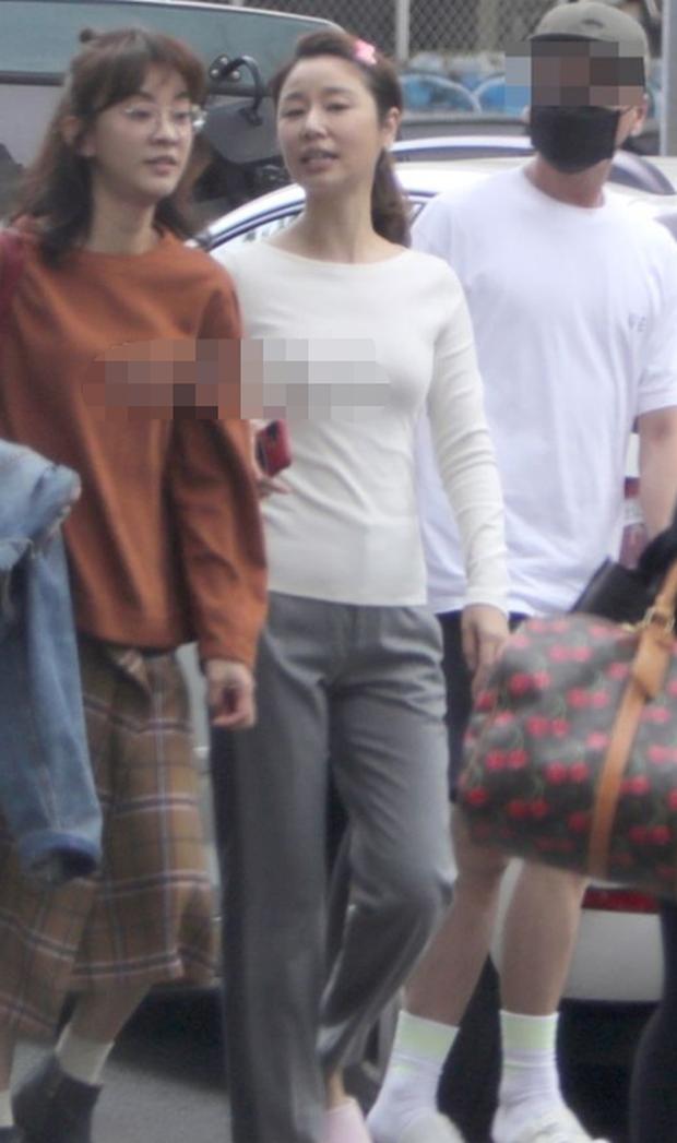 Bà mẹ một con Lâm Tâm Như lộ ảnh hậu trường kém sắc trong phim mới, Tử Vi xinh đẹp ngày xưa nay còn đâu? - Ảnh 3.