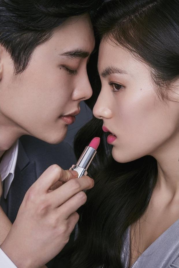 """Fan girl khóc thét trước bộ ảnh cực tình của Lee Jong Suk và nữ phụ đang hot của """"Quân Vương Bất Diệt"""" - Ảnh 1."""