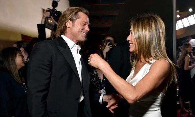 Xôn xao tin Brad Pitt cầu hôn vợ cũ Jennifer Aniston, hành động nắm tay công khai năm ngoái càng đáng nghi - Ảnh 2.