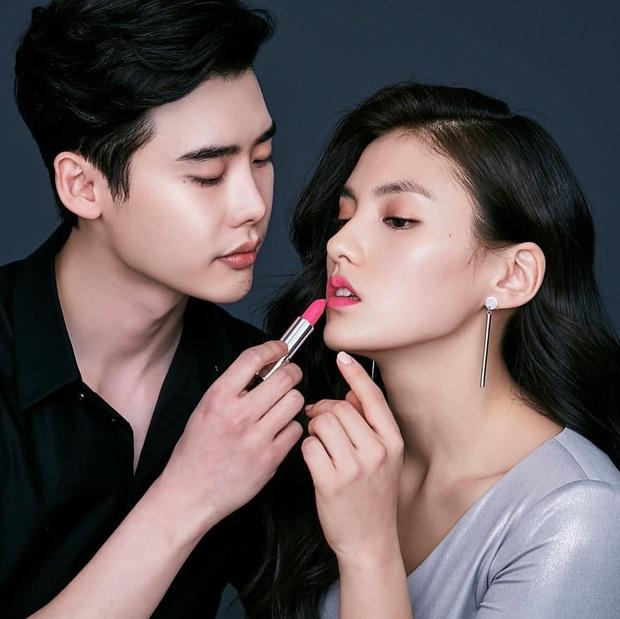 """Fan girl khóc thét trước bộ ảnh cực tình của Lee Jong Suk và nữ phụ đang hot của """"Quân Vương Bất Diệt"""" - Ảnh 5."""