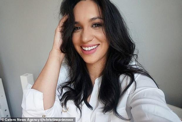 Bản sao của Meghan Markle: Nữ tiếp viên 32 tuổi đổi đời nhờ ngoại hình giống kinh ngạc, style ăn mặc cũng y chang - Ảnh 1.