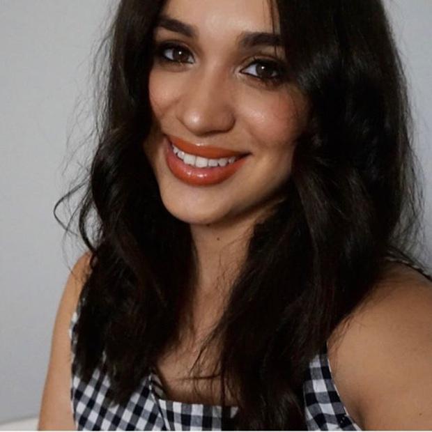 Bản sao của Meghan Markle: Nữ tiếp viên 32 tuổi đổi đời nhờ ngoại hình giống kinh ngạc, style ăn mặc cũng y chang - Ảnh 2.