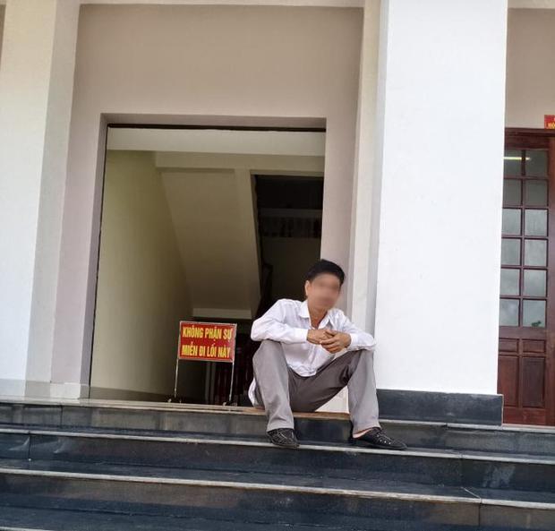 Vụ bị cáo tự tử sau khi bị tuyên 3 năm tù: Nạn nhân uống hết 1 chai thuốc trừ sâu trước khi nhảy lầu tại TAND Bình Phước - Ảnh 2.