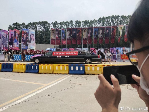 Không khí nóng hừng hực trước chung kết Thanh Xuân Có Bạn: Băng rôn các thí sinh ngợp trời, siêu xe xếp dài gây choáng - Ảnh 18.
