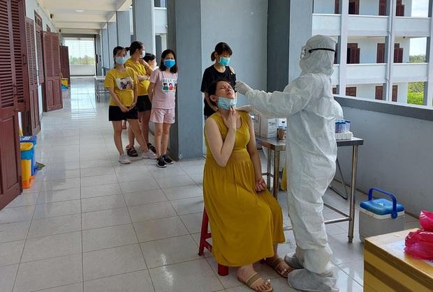Hàng trăm thai phụ từ Đài Loan về Việt Nam cách ly: Mừng rơi nước mắt - Ảnh 1.