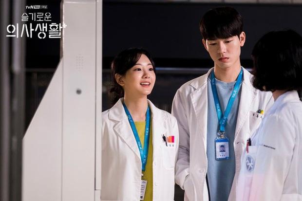 4 lí do ai cũng muốn phần 2 Hospital Playlist chiếu luôn cho rồi: Quá nhiều bí mật chưa giải đáp, hóng màn cameo của Bo Gum nữa! - Ảnh 7.