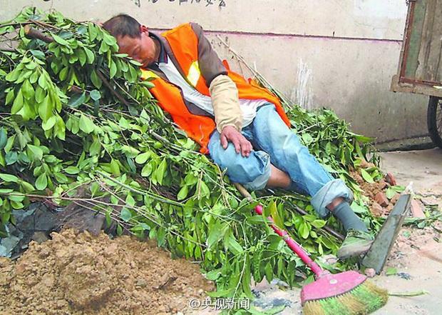 Công nhân vệ sinh ngồi cân đo đong đếm từng lượng bụi: Hé lộ công việc khắc nghiệt và trả lương thấp bậc nhất thế giới - Ảnh 2.