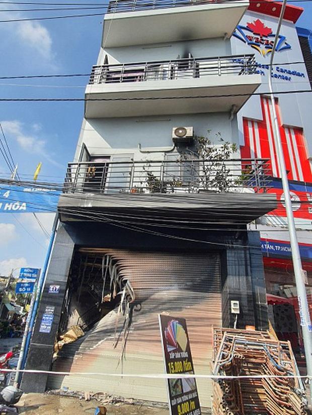 Một trong số 7 người được giải cứu trong vụ cháy căn nhà 3 tầng ở Sài Gòn đã tử vong - Ảnh 1.