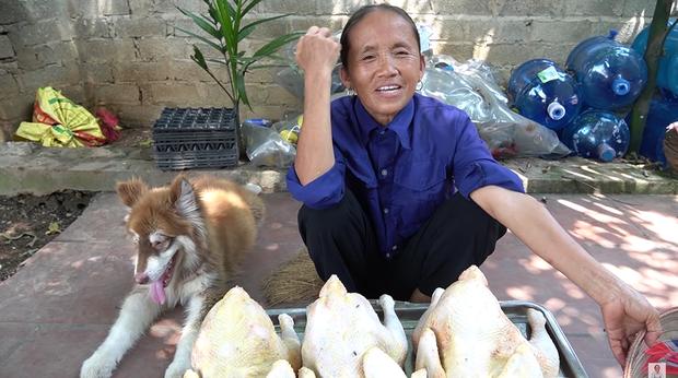 Giữa lúc mẹ đang cắt thịt gà mời mọi người, con trai bà Tân Vlog bỗng có một hành động với em gái nuôi khiến người xem bất ngờ - Ảnh 1.