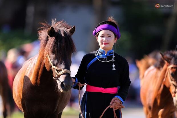 Lần đầu tiên có nài ngựa nữ tham gia đua ngựa Bắc Hà - Ảnh 1.