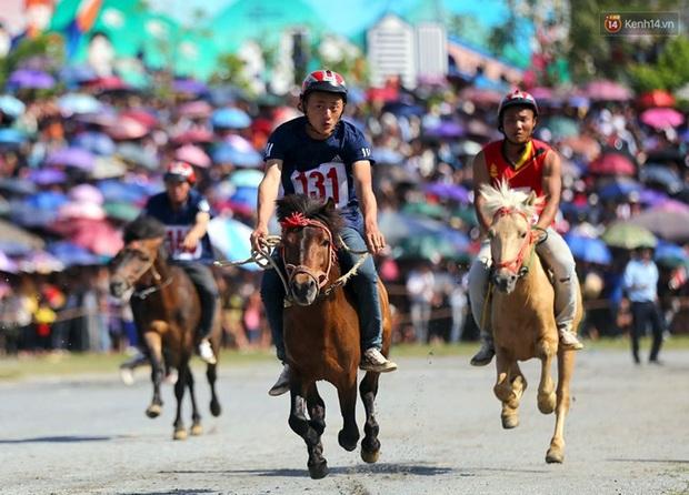 Lần đầu tiên có nài ngựa nữ tham gia đua ngựa Bắc Hà - Ảnh 10.