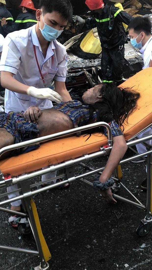 Giải cứu 7 người mắc kẹt trong căn nhà bốc cháy dữ dội ở Sài Gòn - Ảnh 2.