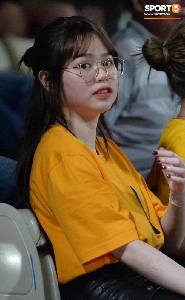Huỳnh Anh tạo dáng chụp ảnh khi cổ vũ Quang Hải: Cũng xinh tươi lắm chứ, do góc máy chẳng may dìm thôi - Ảnh 3.
