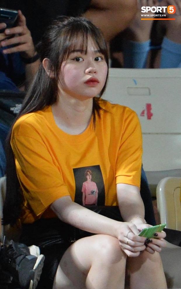 Huỳnh Anh tạo dáng chụp ảnh khi cổ vũ Quang Hải: Cũng xinh tươi lắm chứ, do góc máy chẳng may dìm thôi - Ảnh 1.