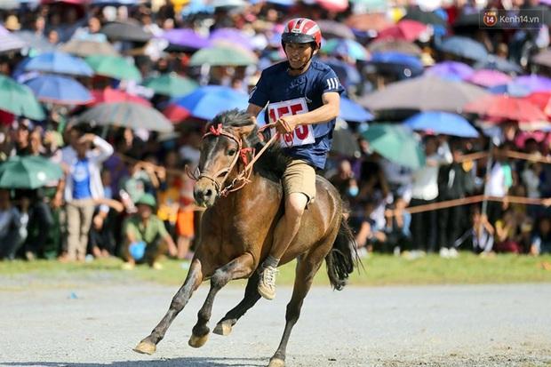 Lần đầu tiên có nài ngựa nữ tham gia đua ngựa Bắc Hà - Ảnh 11.