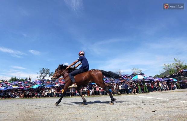 Lần đầu tiên có nài ngựa nữ tham gia đua ngựa Bắc Hà - Ảnh 12.