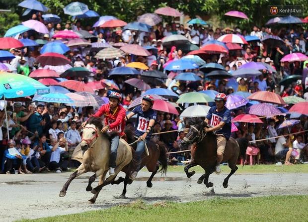Lần đầu tiên có nài ngựa nữ tham gia đua ngựa Bắc Hà - Ảnh 14.