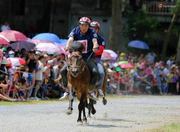 Lần đầu tiên có nài ngựa nữ tham gia đua ngựa Bắc Hà - Ảnh 15.