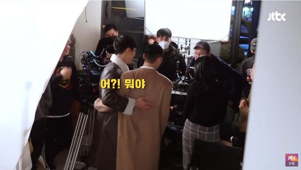 Bị đồn bất hòa với Park Seo Joon, nghịch tử điển trai Ahn Bo Hyun đáp trả: Tụi mị mới nhậu tuần trước nè! - Ảnh 4.