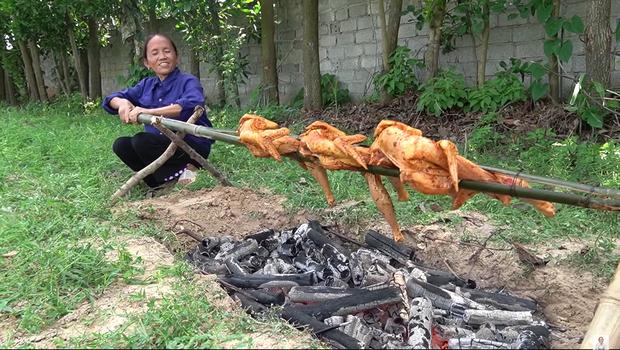 Giữa lúc mẹ đang cắt thịt gà mời mọi người, con trai bà Tân Vlog bỗng có một hành động với em gái nuôi khiến người xem bất ngờ - Ảnh 2.