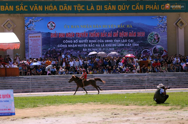 Lần đầu tiên có nài ngựa nữ tham gia đua ngựa Bắc Hà - Ảnh 2.
