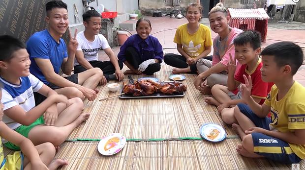 Giữa lúc mẹ đang cắt thịt gà mời mọi người, con trai bà Tân Vlog bỗng có một hành động với em gái nuôi khiến người xem bất ngờ - Ảnh 6.