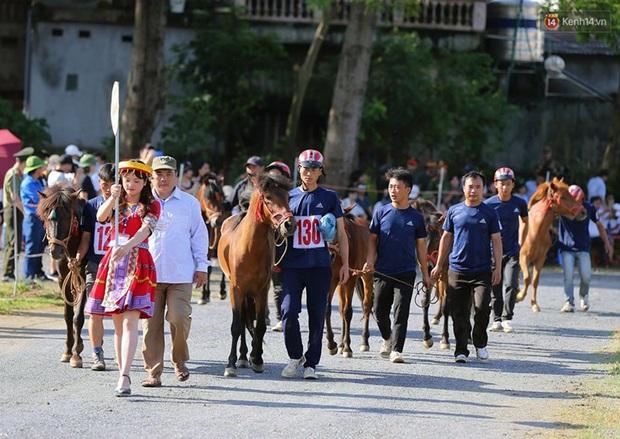 Lần đầu tiên có nài ngựa nữ tham gia đua ngựa Bắc Hà - Ảnh 5.