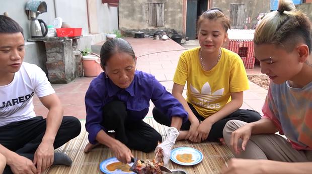Giữa lúc mẹ đang cắt thịt gà mời mọi người, con trai bà Tân Vlog bỗng có một hành động với em gái nuôi khiến người xem bất ngờ - Ảnh 5.