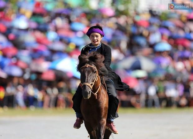 Lần đầu tiên có nài ngựa nữ tham gia đua ngựa Bắc Hà - Ảnh 6.