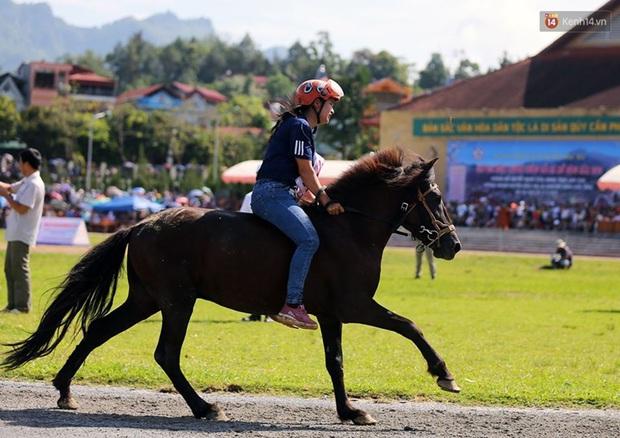 Lần đầu tiên có nài ngựa nữ tham gia đua ngựa Bắc Hà - Ảnh 7.