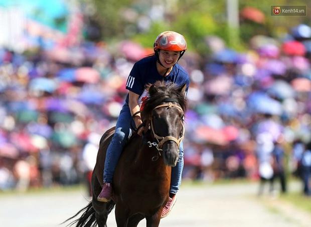 Lần đầu tiên có nài ngựa nữ tham gia đua ngựa Bắc Hà - Ảnh 8.